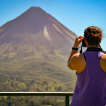 volcán-arenal-mujer